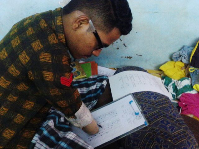 latest-news/ahmedabad-news/other/vadodara-boy-who-lost-his-both-arms-and-leg-cleared-ssc-bord-exam