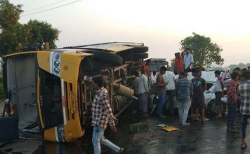 DGUJ-SUR-c-99-LCL-accident-between-car-and-school-bus-car-driver-dead-liquor-found-from-car-in-sura