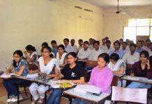 અમદાવાદ,તા.૨૪ ગુજરાત યુનિવર્સિટી દ્વારા અનુસ્નાતક શિક્ષણ પ્રાપ્ત કર્યા બાદ ઉચ્ચ લાયકાત પ્રાપ્ત કરવા માંગતા છાત્રોને માટે એમ ફિલ અને પીએચડી અભ્યાસની વ્યવસ્થા પણ આપવામાં આવે છે. આ અભ્યાસક્રમમાં પ્રવેશ મેળવવાં માંગતા છાત્રો માટે પ્રવેશપરિક્ષા ગુજરાત યુનર્વસિટી દ્વારા ૨૭ જુલાઈના રોજ યોજાનાર છે. ગુજરાત યુનિવર્સિટીના આઈક્યુએસસી વિભાગ દ્વારા આ પરિક્ષાનુ આયોજન હાથ ધરવામાં આવે છે. ૨૭ તારીખે યોજાનારી પરિક્ષાના સુચારુ આયોજન માટે ગુજરાત યુનિવર્સિટીના કુલપતિ ડાp. હીમાંશુ પંડ્યા અને ઉપકુલપતિ ડાp. જગદીશ ભાવસારની ઉપÂસ્થતિમાં ભવનનાવા તેમજ વિષય અધ્યક્ષોની બેઠક ૨૩ જુલાઈના રોજ મળી હતી. આ બેઠકમાં કાર્યકારી કુલસચિવ ડાp. પિયુષ પટેલ, આઈક્યુએસસીના ઈન્ચાર્જ ડાp. પીએન ગજ્જર હાર્જય રહ્યા હતા. ડાp. પીએન ગજ્જરે પરિક્ષાની માહિતી અને સમજ આફી હતી. યુનિવર્સિટીમાં ૨૭ જુલાઈના રોજ યોજાનારી પીએચડી અને એમફિલ પ્રવેશ પરિક્ષાની બેઠક વ્યવસ્થા મોટાભાગે જે તે વિષયના ભવનોમાં કરવામાં આવી છે. પીએચડી માટે ૭૧ વિષયની પરિક્ષા લેવાશે. એમફિલ માટે ૩૮ વિષયની પરિક્ષા લેવાશે. પરિક્ષાનુ પેપર ૧૦૦ ગુણનુ રહેશે. આ ૧૦૦ ગુણમાં ૫૦ ગુણ સામાન્યજ્ઞાન, ૫૦ ગુણ જે તે વિષયને લગતા પ્રશ્નોના હશે. એમફિલની પરીક્ષા અઘિયારની એકના સમયગાળા દરમ્યાન અને પીએચડીની પરિક્ષા ત્રણથી પાંચના સમયગાળા દરમિયાન યોજાશે. પીએચડી પરિક્ષા માટે ૨૦૯૦ છાત્રોં અને એમફિલ પરિક્ષા માટે ૭૯૨ છાત્રો લાયક ઠર્યા છે. પ્રવેશ પરિક્ષામાં ઉત્તીણ થનાર છાત્રોને જુથ ચર્ચા, પ્રત્યક્ષ સાક્ષાત્કાર અને આરડીસોની પ્રક્રિયામાંથી પસાર થવાનુ રહે છે. આ ત્રણેય પ્રક્રિયા પાસ કર્યા બાદ ઉપલબ્ધ માર્ગદર્શક અને બેઠકો પર સંશોધન કાર્ય માટે પ્રવેશ ગ્રાહ્ય કરાય છે.