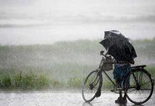 નવીદિલ્હી, તા. ૨૪ દેશમાં હજુ સુધી સામાન્યથી ૧૯ ટકા ઓછો વરસાદ થયો છે. જળશક્ત મંત્રાલયના આંકડાના જણાવ્યા મુજબ પહેલી જૂનથી ૨૨મી જુલાઈ સુધીના આંકડા દર્શાવે છે કે, મધ્યપ્રદેશમાં ૧૩, રાજસ્થાનમાં ૨૦, છત્તીસગઢમાં ૭, બિહારમાં એક અને દિલ્હીમાં ૬૪ ટકા ઓછો વરસાદ રહ્યો છે. અલબત્ત સરકારે સ્પષ્ટતા કરી છે કે, હજુ દુકાળ જેવી Âસ્થતિ દેખાઈ રહી નથી. ભારતીય હવામાન વિભાગના કહેવા મુજબ બુધવારના દિવસે વરસાદની શરૂઆત થઇ ચુકી છે. રાજસ્થાન, મધ્યપ્રદેશ, છત્તીસગઢ સહિત દિલ્હી, હરિયાણા, ઉત્તરપ્રદેશમાં પણ ભારે વરસાદ પડવાની સંભાવના છે. રાજસ્થાનના મોટાભાગના વિસ્તારોમાં ખેડૂતો મુશ્કેલીમાં મુકાઈ ગયા છે. કારણ કે, મકાઈના પાકને લઇને ખેડૂતો ચિંતાતુર બનેલા છે. બાંસવાડામાં મોનસુનની એન્ટ્રી પુરતા પ્રમાણમાં થઇ નથી. ખેડૂતો મોનસુની વરસાદ ઉપર સંપૂર્ણપણે આધારિત થયેલા છે જેથી વરસાદ નહીં થવાના કારણે અસરગ્રસ્તોની સંખ્યામાં વધારો થઇ રહ્યો છે. રાજસ્થાનમાં ૨૦ ટકા સુધીનો ઓછો વરસાદ નોંધાયો છે. દિલ્હીમાં ૬૪ ટકા સુધી ઓછો વરસાદ નોંધાયો છે.