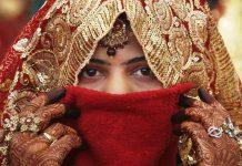 અમદાવાદ, તા.૨૩ સુરેન્દ્રનગરના લખતરમાં રહેતા અને વાળંદ કામ કરતા યુવાન સાથે લગ્ન કરી રૂ.૧.૬૦ લાખની છેતરપીંડી આચરનાર અને લગ્નના ચાર દિવસ બાદ ફરાર થયેલી લૂંટેરી દુલ્હન આખરે ઝડપાઇ ગઇ છે. અમદાવાદ ક્રાઇમ બ્રાંચે આરોપી યુવતી પિન્કીને ઝડપી લઇ તેને સુરેન્દ્રનગર પોલીસને સોંપી હતી. પોલીસની પ્રાથમિક તપાસમાં એવી પણ વાત સામે આવી હતી કે, લગ્ન બાદ પિન્કી પિરિયડ્સનું બહાનુ કાઢી તેના પતિને શરીરસુખથી દૂર રાખતી હતી અને બાદમાં માતાની ખબર કાઢવાનું કહી પાછી જ આવી ન હતી પરંતુ આખરે પોલીસે ફરાર થયેલી આ લૂંટેરી દુલ્હનને ઝડપી લીધી હતી. સુરેન્દ્રનગરના લખતરમાં રહેતા અને વાળંદ કામ કરતા યુવાને સુરેન્દ્રનગરમાં તા. ૩ જાન્યુઆરીએ પિન્કી નામની યુવતી સાથે કોર્ટ મેરેજ કર્યા હતા. લગ્નના ચાર દિવસ બાદ માતાની બીમારીનું કહી પરિણીતા પિયર ગયા બાદ તેણી પાછી જ ફરી ન હતી. જેથી યુવકે સુરેન્દ્રનગર એ ડીવીઝન પોલીસ મથકે લગ્ન કરાવી આપનાર ચાર શખ્સો સામે રૂપિયા ૧.૬૦ લાખની છેતરપિંડીની ફરિયાદ નોંધાવી હતી. જેના આધારે અમદાવાદ ક્રાઈમ બ્રાન્ચે બાતમીના આધારે પિન્કીની ધરપકડ કરી હતી. પોલીસ પેટ્રોલિંગ દરમ્યાન અમદાવાદ પોલીસને બાતમી મળી હતી કે, છેતરપિંડીના ગુનામાં વોન્ટેડ રશ્મીકા ઉર્ફે પિન્કી વટવામાં છે. જેના આધારે પોલીસે તેની ધરપકડ કરી સુરેન્દ્રનગર એ ડિવિઝન પોલીસને સોંપી હતી. પિન્કીએ પુછપરછમાં જણાવ્યું હતું કે, ભરતભાઈના કહેવાથી પૈસાની લાલચે ભાવેશભાઈ સાથે લગ્ન કરી છેતરપિંડી આચરી હતી. લખતરની સુથાર શેરીમાં રહેતા ૩૫ વર્ષના વાળંદ યુવાન ભાવેશભાઇ ભીખાભાઇ લખતરીયાના લગ્ન ન થતા તેઓ દલાલોના સંપર્કમાં આવ્યા હતા. જેમાં મૂળ તારાપુરની અને હાલ અમદાવાદ રહેતી યુવતી પિન્કી તેઓને બતાવાઇ હતી. આ યુવતી સાથે લગ્ન કરાવવા સુરેન્દ્રનગરના કરમશીભાઇ ઉર્ફે વેરશીભાઇ શાર્દુલભાઇ રબારી, અબ્દુલખાન નગરખાન મલેક, ભરતભાઇ પ્રહલાદભાઇ પુજારા અને નડીયાદના સરોજબેન બાબુભાઇ મોચીએ રૂપિયા ૧.૭૦ લાખની માંગણી કરી હતી. પરંતુ અંતે રૂપિયા રૂ.૧.૬૦ લાખમાં પતાવટ કરી ભાવેશભાઇને નાણા આપ્યા હતા. ગત તા. ૩ જાન્યુઆરીએ કલેકટર કચેરીના કમ્પાઉન્ડમાં બેઠક કરી સ્ટેમ્પ પેપર પર કરાર કરી ભાવેશભાઇ પત્ની પીંકીને લઇ લખતર ગયા હતા. જ્યાંથી માતા બીમાર હોવાનું કહી તા. ૭ના રોજ લખતરથી પિન્કી અમદાવાદ જવા નીકળી હતી. થોડા દિવસો સુધી પિન્કી નહી આવતા ભાવેશભાઇએ સરોજબેનને પૂછતા તેઓએ તારાપુરનું તેનું ઘર બંધ હોવાનું કહ્યુ 