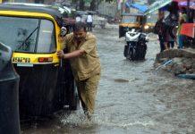 મુંબઇ,તા. ૨૪ દેશના વાણિજ્ય પાટનગર મુંબઇમાં ભારે વરસાદના કારણે લોકોની હાલત ફરી એકવાર કફોડી બની ગઇ છે. મુંબઈમાં અવિરત વરસાદનો દોર જારી રહ્યો છે જેના કારણે કેટલાક વિસ્તારોમાં જળબંબાકારની Âસ્થતી સર્જાઇ ગઇ છે. મંગળવારના દિવસે મોડી રાત્રે વરસાદની શરૂઆત થયા બાદ આજે વરસાદ જારી રહ્યો હતો. જેના કારણે શહેરના કેટલાક વિસ્તારોમાં ટ્રાફિક જામની Âસ્થતી રહી હતી. હવામાન વિભાગ દ્વારા કહેવામાં આવ્યુ છે કે આગામી બે દિવસ દરમિયાન ભાર વરસાદ પડવા માટેની ચેતવણી જારી કરવામાં આવી છે. વરસાદના કારણે કેટલીક જગ્યાએ અકસ્માતો પણ થયા છે. અંધેરીમાં આજે સવારમાં વિજિબિલિટી ઘટી જવાના કારણે કેટલાક વાહનો ટકરાઇ ગયા હતા. આ ઘટનામાં આઠ લોકો ઘાયલ થયા હતા. મંગળવારથી જારી વરસાદના કારણે હિન્દ માતા વિસ્તારમાં જળબંબાકારની Âસ્થતી રહી હતી. અહીં ઘુટણ સુધીના પાણી ભરાઇ ગયા હતા. આજે જારદાર વરસાદ જારી રહ્યો હતો. સાયન વિસ્તારમાં પાણી ભરાઇ ગયા છે. રેલવે ટ્રેક પર પણ પાણી ફરી વળ્યા છે. દરમિયાન ભારતીય હવામાન વિભાગે માહિતી આપતા કહ્યુ છે કે મુંબઇમાં ભારે વરસાદ જારી રહેશે જેથી લોકોને હાલ પુરતી કોઇ રાહત મળનાર નથી. મુંબઇની તુલનામાં મહારાષ્ટ્રના રાયગઢ અને રત્નાગીરી જિલ્લામાં હળવો વરસાદ થયો છે. મુંબઇમાં આઠમી જુલાઇની રાત્રે સુધી જુલાઇના સરેરાશ વરસાદ પૈકી ૫૨ ટકા હિસ્સામાં વરસાદ થઇ ગયો છે. જુલાઇમાં સરેરાશ ૮૪૦ મીમી વરસાદ થાય છે. જ્યારે આઠમી જુલાઇ સુધીમાં ૭૦૮ મીમીથી વધારે વરસાદ થઇ ચુક્યો છે. જુન મહિનાની વાત કરવામાં આવે તો ૨૨૭૨ મીમી વરસાદની તુલનામાં ૧૩૧૫ મીમી વરસાદ એટલે કે ૫૭ ટકા વરસાદ થયો છે.મુંબઇમાં વાર્ષિક સરેરાશ ૨૫૧૫ મીમી વરસાદ થાય છે. જે કુલ વરસાદનો ૫૨ ટકા હિસ્સો છે. વરસાદ સંબંધિત જુદી જુદી ઘટનાઓમાં આઠ લોકો ઘાયલ થયા છે. હિંદમાતા વિસ્તારમાં ઘુંટણ સુધીના પાણી ભરાઈ ગયા છે. સાયન રોડ ઉપર પણ ચારેબાજુ પાણી ભરાઈ ગયા હતા. ભારે વરસાદના કારણે વિજિબીલીટી ઘટી ગઈ છે જેના લીધે આજે સવારે અનેક વાહનો ટકરાયા હતા. મુંબઈ શહેરમાં વાર્ષિક સરેરાશ ૨૫૧૫ મીમી વરસાદ થાય છે જે પૈકી આ વખતે હજુ સુધી ૫૨ ટકા વરસાદ થઇ ચુક્યો છે. આ વર્ષે થાણેમાં જુલાઈના પ્રથમ સપ્તાહ બાદ કુલ ૧૩૪૦ મીમી વરસાદ થઇ ચુક્યો છે. ગયા વર્ષે આ અવધિ દરમિયાન ૧૮૧૪ મીમી વરસાદ નોંધાયો હતો. મુંબઈમાં ભારે વરસાદની ચેતવણી જારી કરવામાં આવ્યા બાદ તંત્ર સાબદુ બની ગયું છે. મુંબઈમાં છેલ્લા ત્રણ દિવસના ગાળામાં વર