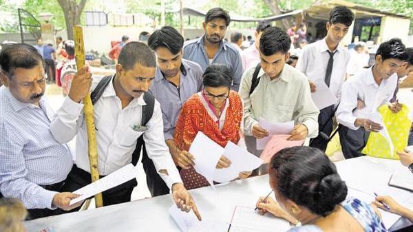 વિજયવાડા, તા. ૨૩ ભારતમાં સ્થાનિક લોકો માટે પ્રાઇવેટ ઇન્ડસ્ટ્રીયલ યુનિટ અને ફેક્ટરીમાં નોકરી અનામત કરવાની દ્રષ્ટિથી આંધ્રપ્રદેશ પ્રથમ રાજ્ય બની ગયું છે. પ્રાઇવેટ નોકરીમાં સ્થાનિક લોકોને ૭૫ ટકા અનામત આપનાર આંધ્રપ્રદેશ પ્રથમ રાજ્ય બની ગયું છે. આંધ્રપ્રદેશ વિધાનસભામાં સ્થાનિક લોકો માટે રાજ્યમાં નોકરીની દ્રષ્ટિથી ઇન્ડસ્ટ્રીયલ અને ફેક્ટ્રી એક્ટ ૨૦૧૯ પસાર કરવામાં આવ્યું હતું. આ બિલ હેઠળ તમામ ઔદ્યોગિક એકમો, કારખાના, સંયુક્ત એકમોની સાથે સાથે પીપીપી મોડના વર્ગમાં ૭૫ ટકા નોકરી અનામત લેશે. અત્રે નોંધનીય છે કે, કેટલાક રાજ્યો દ્વારા આ દિશામાં જુદા જુદા પ્રકારની ચર્ચાઓ કરવામાં આવી હતી પરંતુ તેમના તરફથી હજુ સુધી આને અમલી કરવાનો નિર્ણય કરાયો ન હતો. મધ્યપ્રદેશની કમલનાથ સરકાર તરફથી ૧૯મી જુલાઈના દિવસે કહેવામાં આવ્યું હતું કે, સરકાર એક કાયદો લાવશે જેના માધ્યમથી સ્થાનિક લોકો માટે ખાનગી ક્ષેત્રની ૭૦ ટકા નોકરી અનામત રાખવામાં આવશે. ડિસેમ્બર ૨૦૧૮માં સત્તામાં આવ્યા બાદ મધ્યપ્રદેશના મુખ્યમંત્રી કમલનાથે એક ઇન્ડસ્ટ્રીયલ પોલિસીની જાહેરાત કરી હતી જેમાં સરકારને આર્થિક અને અન્ય સહાયતા મેળવનાર માટે કંપનીઓને ૭૦ ટકા સ્થાનિક લોકોને નોકરી આપવાની બાબતને ફરજિયાત કરવામાં આવી હતી. હવે આંધ્ર સરકારે પ્રાઇવેટ જાબમાં અનામત ઉપર મંજુરીની મહોર મારી દીધી છે. આ એક્ટમાં સારી ચીજ હોવાની સાથે સાથે કેટલીક ખામીઓ પણ રહેલી છે. સારી એટલા માટે છે કે, રાજ્યમાં સ્થાનિક લોકોની ભરતીને પ્રોત્સાહન મળશે. આનાથી સરકારની નીતિ સ્પષ્ટ થાય છે. જા કે, સરકારને રાજ્યમાં સ્થાનિક લોકોને ટ્રેનિંગ આપવા માટે પોતાના કુશળ વિકાસ કેન્દ્રોને પણ વિકસિત કરવા પડશે. ચૂંટણી દરમિયાન મુખ્યમંત્રી જગનમોહન રેડ્ડીએ વચન આપ્યું હતું જેના લીધે હવે તેઓ આ દિશામાં આગળ વધ્યા છે.