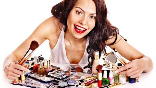 તમે કોઈ પણ અવસર માટે મેકઅપ કરી રહ્યા છો, કે ભલે દરરોજ ઑફિસના મેકઅપ હોય કે લગ્ન-પાર્ટી માટે તમે જરૂરે ઈચ્છશો કે મેકઅપ લાંબા સમય સુધી ટકયું રહે અને તમને વાર-વાર તેને ઠીક કરવુ ના પડે. મેકઅપને વધારે મોડે સુધી તમે કેવી રીતે ફ્રેશ રાખી શકો છો. આવો જાણી તેના માટે ખાસ ટિપ્સ 1. જો મેકઅપને લાંબા સમય સુધી ફ્રેશ રાખવું છે તો વાટરપૂફ અને હળવું મેકઅપ કરવું. જે તમારા ચેહરા અને સુંદરતાને જોવાશે સાથે જ સિંપલ પાણીથી હળવું ફેસ વોશ કરતા પર પણ ચેહરો બેરંગ નહી હશે. 2. જ્યાં સુધી શકય હોય, ફાઉડેશન અને ફેસ પાઉડરનો પ્રયોગ ન કરવું. જો જરૂરી હોય તો ફાઉંડેશન લગાવવા માટે ભીના સ્પંજનો પ્રયોગ કરવું. તેનાથી તમારું મેકઅપ વધારે સમય સુધી ટક્યું રહેશે. 3. વૉટરપ્રૂફ કાજલનો પ્રયોગ કરવું કે પછી કાજલની જગ્યા જેલ આઈ લાઈનર કે પછી વાટરપૂફ લાઈનરનો પ્રયોગ કરવું. ઘટ્ટ અને ક્રીમી ફેસ ક્રીમની જગ્યા તરળ ફેસ ક્રીમનો પ્રયોગ કરવું. 4. ટ્રેડિશનલ મેકઅપ કરી રહ્યા છો તો લિક્વિડ ચાંદ્લા ન લગાવવું. કારણે લિક્વિડ ચાંદલા પરસેવાની સાથે વહી જશે. જેનાથી તમારું ચેહરો રંગ બેરંગ થઈ જશે. જો તમે ડિજાઈન વાળી બિંદી લગાવી શકો છો તો વાટર પ્રૂફ ચાંદલા લગાવો. નહી તો બજારથી સ્ટીકરવાળી ચાંદલા લગાવી શકો છો. 5. બ્લશરનો પ્રયોગ કરી રહ્યા છો તો વાટરપ્રૂફ ક્રીમી બ્લશરના પ્રયોગ કરવું. સૂકા સિંદૂરના સ્થાન પર રેડીમેડ સ્ટીકવાળા સિંદૂરનો પણ પ્રયોગ કરી શકો છો.