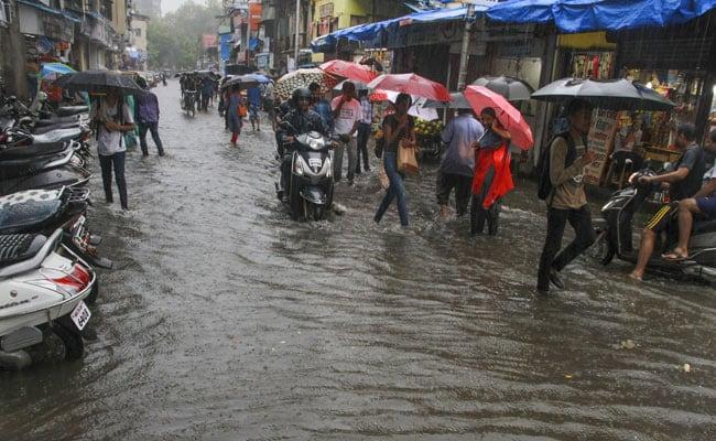 મુંબઇ,તા. ૨૪ દેશના વાણિજ્ય પાટનગર મુંબઇમાં ભારે વરસાદના કારણે લોકોની હાલત ફરી એકવાર કફોડી બની ગઇ છે. કેટલાક વિસ્તારોમાં જળબંબાકારની Âસ્થતી સર્જાઇ ગઇ છે. મંગળવારના દિવસે મોડી રાત્રે વરસાદની શરૂઆત થયા બાદ આજે વરસાદ જારી રહ્યો હતો. જેના કારણે શહેરના કેટલાક વિસ્તારોમાં ટ્રાફિક જામની Âસ્થતી રહી હતી. હવામાન વિભાગ દ્વારા કહેવામાં આવ્યુ છે કે આગામી બે દિવસ દરમિયાન ભાર વરસાદ પડવા માટેની ચેતવણી જારી કરવામાં આવી છે. વરસાદના કારણે કેટલીક જગ્યાએ અકસ્માતો પણ થયા છે. અંધેરીમાં આજે સવારમાં વિજિબિલિટી ઘટી જવાના કારણે કેટલાક વાહનો ટકરાઇ ગયા હતા. આ ઘટનામાં આઠ લોકો ઘાયલ થયા હતા. મંગળવારથી જારી વરસાદના કારણે હિન્દ માતા વિસ્તારમાં જળબંબાકારની Âસ્થતી રહી હતી. અહીં ઘુટણ સુધીના પાણી ભરાઇ ગયા હતા. આજે જારદાર વરસાદ જારી રહ્યો હતો. સાયન વિસ્તારમાં પાણી ભરાઇ ગયા છે. રેલવે ટ્રેક પર પણ પાણી ફરી વળ્યા છે. દરમિયાન ભારતીય હવામાન વિભાગે માહિતી આપતા કહ્યુ છે કે મુંબઇમાં ભારે વરસાદ જારી રહેશે જેથી લોકોને હાલ પુરતી કોઇ રાહત મળનાર નથી. મુંબઇની તુલનામાં મહારાષ્ટ્રના રાયગઢ અને રત્નાગીરી જિલ્લામાં હળવો વરસાદ થયો છે. મુંબઇમાં આઠમી જુલાઇની રાત્રે સુધી જુલાઇના સરેરાશ વરસાદ પૈકી ૫૨ ટકા હિસ્સામાં વરસાદ થઇ ગયો છે. જુલાઇમાં સરેરાશ ૮૪૦ મીમી વરસાદ થાય છે. જ્યારે આઠમી જુલાઇ સુધીમાં ૭૦૮ મીમીથી વધારે વરસાદ થઇ ચુક્યો છે. જુન મહિનાની વાત કરવામાં આવે તો ૨૨૭૨ મીમી વરસાદની તુલનામાં ૧૩૧૫ મીમી વરસાદ એટલે કે ૫૭ ટકા વરસાદ થયો છે.મુંબઇમાં વાર્ષિક સરેરાશ ૨૫૧૫ મીમી વરસાદ થાય છે. જે કુલ વરસાદનો ૫૨ ટકા હિસ્સો છે.